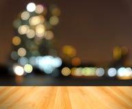 Trägolv och abstrakt suddigt stadsljus, Bangkok Thailand Fotografering för Bildbyråer