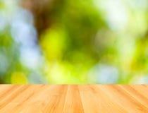 Trägolv och grön bokehbakgrund för abstrakt begrepp Fotografering för Bildbyråer