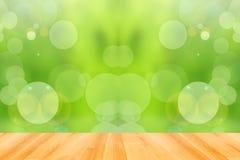 Trägolv och grön bokehbakgrund för abstrakt begrepp Arkivbilder