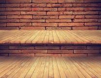 Trägolv och hyllor på gammal textur för tegelstenvägg Royaltyfria Foton