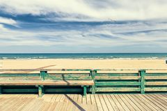 Trägolv och staket för acces till stranden Arkivbild