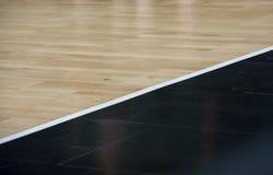 Trägolvbasketarena Trägolvet av sportkorridoren med markeringslinjer fodrar på trägolv inomhus, idrottshalldomstolen royaltyfria bilder