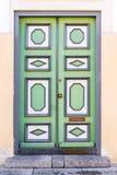 Trägrön dörr med geometriska prydnader Royaltyfria Bilder