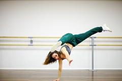 Trägt das Mädchen zur Schau, das Akrobatik tut Lizenzfreie Stockfotografie