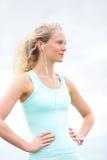 Trägt die Athletenfrau zur schau, die nach laufendem Training stillsteht Lizenzfreies Stockfoto