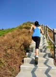 Trägt die Frau zur Schau, die auf Gebirgstreppe läuft Stockbild