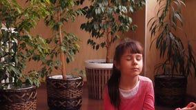 Trägt Familie, Yoga zur Schau stock footage