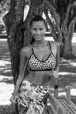 Trägt Frau in den Tropen mit dem Springseiltragen zur Schau Lizenzfreie Stockfotos