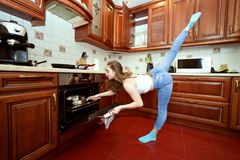 Trägt Frau in der Küche zur Schau lizenzfreie stockfotografie