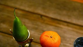 Trägt Goldschalentabelle Früchte stock video