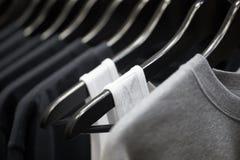 Trägt Kleidung auf Aufhängern zur Schau Lizenzfreie Stockfotos