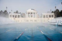Trägt Pool im Freien im Winter zur Schau lizenzfreies stockfoto