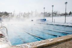 Trägt Pool im Freien im Winter zur Schau lizenzfreie stockfotografie