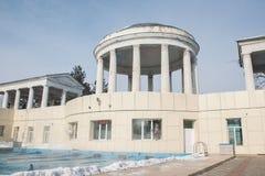Trägt Pool im Freien im Winter zur Schau stockbild