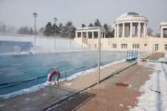 Trägt Pool im Freien im Winter zur Schau stockfotografie