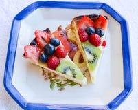 Trägt selbst gemachter italienischer Kuchen der Torte Früchte Stockfotos