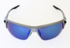 Trägt Sonnenbrille zur Schau stockfotografie