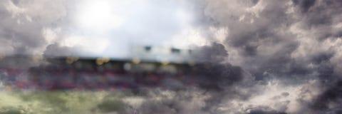 Trägt Stadionslicht-Übergangseffekt mit Himmelwolken zur Schau Stockbilder