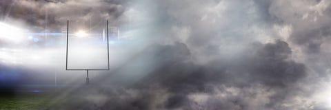 Trägt Stadionslicht-Übergangseffekt mit Himmelwolken zur Schau Stockfotografie