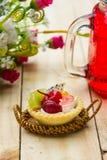 Trägt Törtchen auf Holztisch Früchte stockfoto