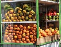 Trägt Verkäufer Früchte Stockbild