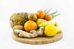 Trägt Zusammensetzung auf hölzernem Brett Früchte Stockfoto