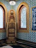 Träguld- utsmyckad minbar plattform, trävälvt fönster som inramas av den guld- utsmyckade blom- modellen och vägg för keramiska t Arkivbilder