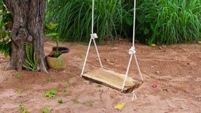 Trägunga i trädgård stock video