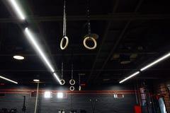 Trägymnastiska cirklar i inre av idrottshallvinden inget royaltyfria foton