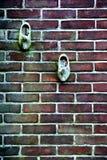Trähänga för skor som är utomhus- på en vägg Arkivbild
