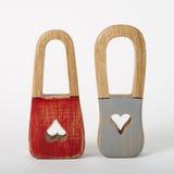 Trähänglås med röda grå färger för nyckelhålhjärtor färgar Royaltyfria Bilder