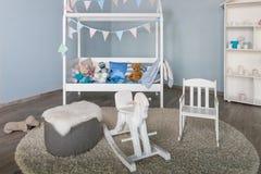 Trähäst i en inre för ungepojkerum Stilfullt möblemang i en monochromatic rymliga unges rum Modernt stilfullt barn arkivfoton
