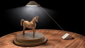 Trähäststaty på skrivbordet med lampan Royaltyfria Bilder