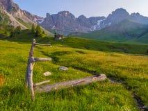 Trähand-gjord springbrunn i ängarna, Dolomites, Italien Royaltyfri Fotografi