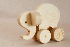 Trähandgjord leksak - elefant-rullstol Royaltyfri Fotografi