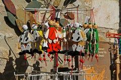 Trähandgjorda souvenir på gatamarknad i Besalu Catalonia, Spanien Royaltyfri Bild