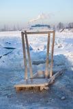 Trähandrailen för kommande i is spela golfboll i hål bevattnar Fotografering för Bildbyråer