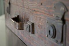 Trähandtag för gammal resväska för travelstart Royaltyfri Fotografi