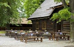 trähistorisk pub Royaltyfri Bild