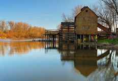 trähistorisk watermill Royaltyfria Bilder