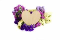 Trähjärta och blommor royaltyfri fotografi