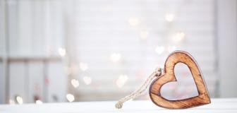Trähjärta på abstrakt ljus bakgrund Royaltyfria Foton