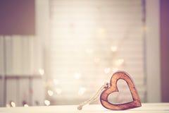 Trähjärta på abstrakt ljus bakgrund Royaltyfri Fotografi