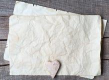Trähjärta på gammalt papper Royaltyfria Bilder