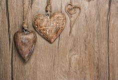 Trähjärtagarneringar på tappningekbakgrund Arkivbild