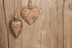 Trähjärtagarneringar på tappningträ, textutrymme Royaltyfri Fotografi