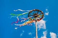 Trähjul med färgrika band på bakgrund för blå himmel Royaltyfri Foto
