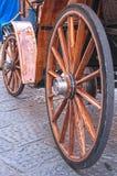 Trähjul på en gammal vagn arkivfoto