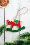 Trähordjul leker med prydliga filialer, citrus torkade skivor på det lantliga träskrivbordet julen dekorerar nya home idéer för g royaltyfri bild