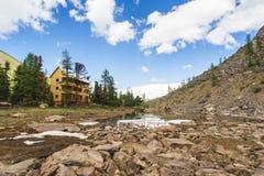 Trähotell i bergen nära sjön Royaltyfria Bilder